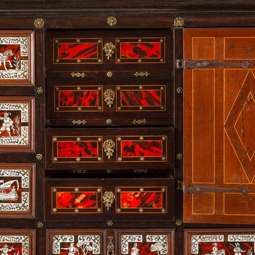 Grand cabinet en bois de placage, bois noirci et filets de marqueterie ouvrant p…