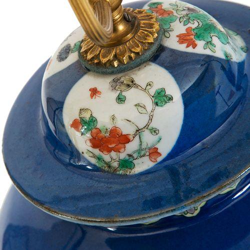 Chine, XIXe siècle Potiche couverte en porcelaine à décor en émaux polychromes …