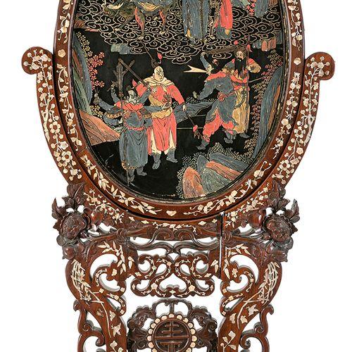 Chine et Indochine, XIXe siècle Écran en bois de fer sculpté et incrusté de nacr…