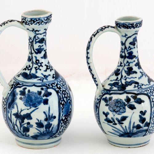 Japon, période Edo (1603 1868) Lot de deux verseuses en porcelaine d'Arita en ém…