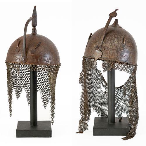 Ensemble comprenant: Un casque de type khula khud gravé à l'acide avec sa coiffe…