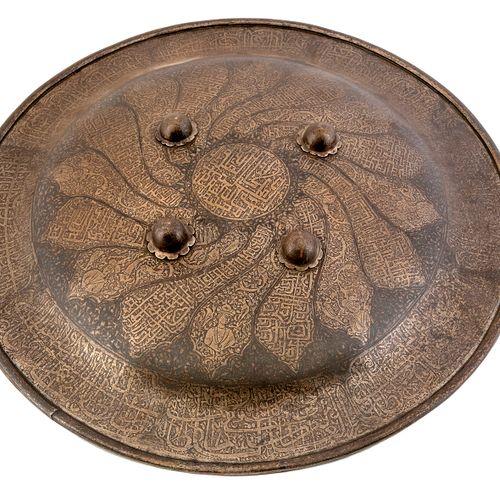 Bouclier indo persan,gravé à l'acide de calligraphie avec restes de damasquine …