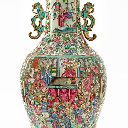 Chine, XIXe siècle Important vase en porcelaine de Canton à décor en émaux de l…