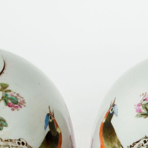 Chine, XIXe siècle Paire de potiches couvertes en porcelaine à décor en émaux Qi…