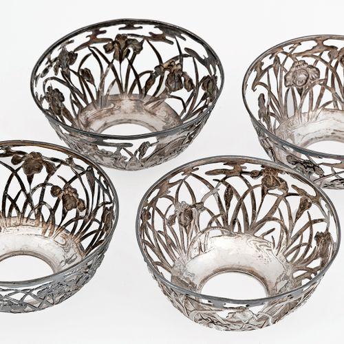Chine, vers 1920 Suite de quatre montures de bol en argent à décor de végétaux.…