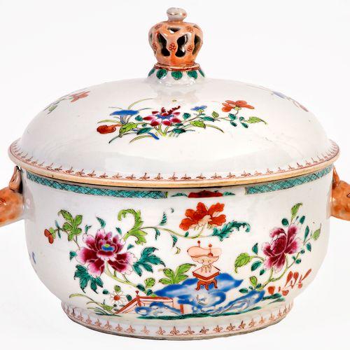 Chine, époque Qianlong (1736 1795) Soupière en porcelaine à décor en émaux de la…