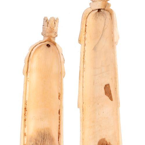 Deux dos de râpe à tabac en ivoire sculpté, l'un en forme deRoi couronnéet l'a…