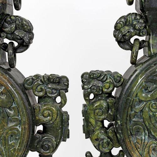 Chine, XXe siècle Paire d'importants vases couverts en serpentine sculptée à déc…
