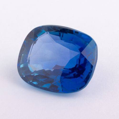 Saphir birman naturel de 8,18 ct. De forme coussin antique d'un bleu présentant …