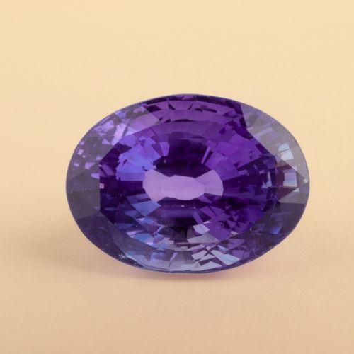 Saphir naturel changeant de couleur (Color Change) de 5,34 ct. De forme ovale. D…
