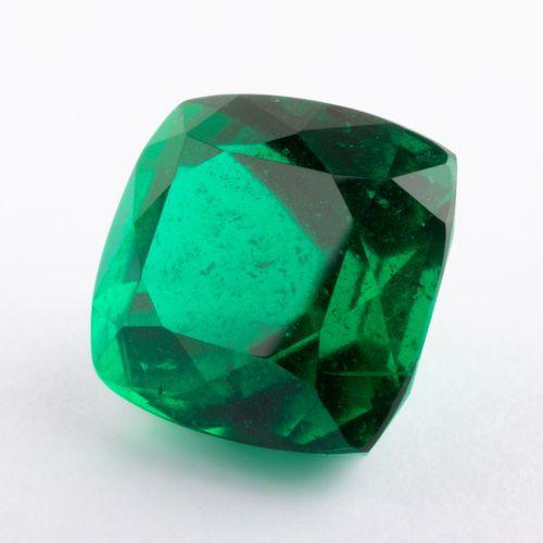 Emeraude de 2,56 ct. D'un vert absolument remarquable à la saturation forte soul…