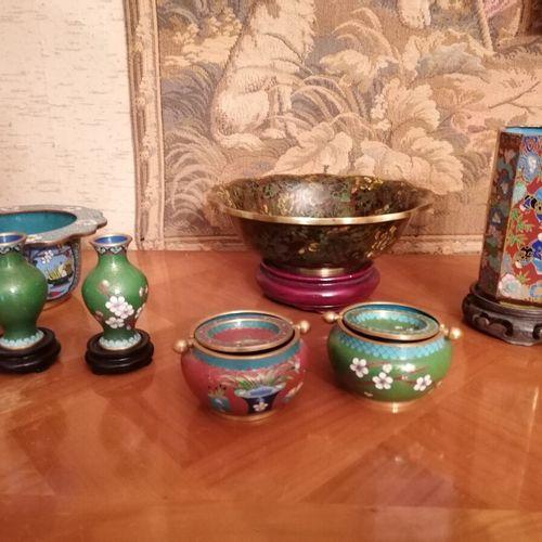 CHINA Lot of cloisonné enamels including 7 bowls, baluster vase, ashtrays, brush…