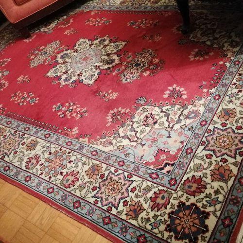 Tapis en laine bordure fond rouge, décor médaillon et fleurs. 240x170 cm