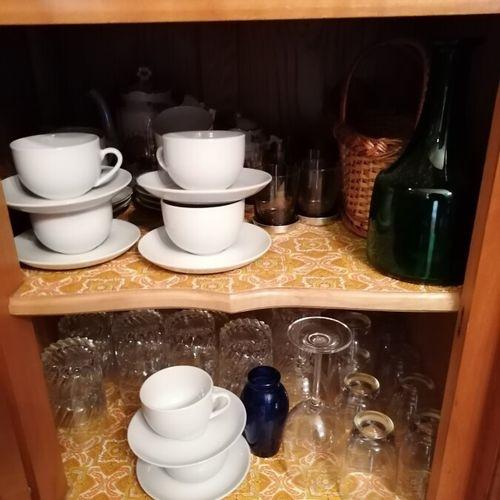 一批玻璃器皿,包括带花饰的瓷器茶具和咖啡具,带北极熊装饰的糖果盒,Silvoz石英钟,雕刻的牛角鹭,有脚的玻璃杯,包括Haviland, Bernardaud的…