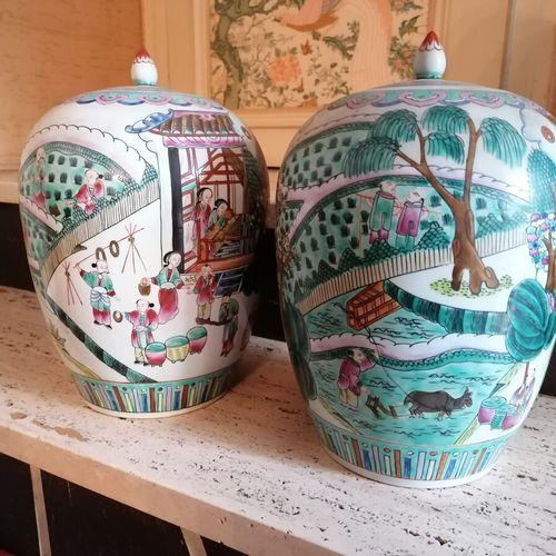 CHINE Paire de pots à gingembre en porcelaine décor de personnages dans des pays…