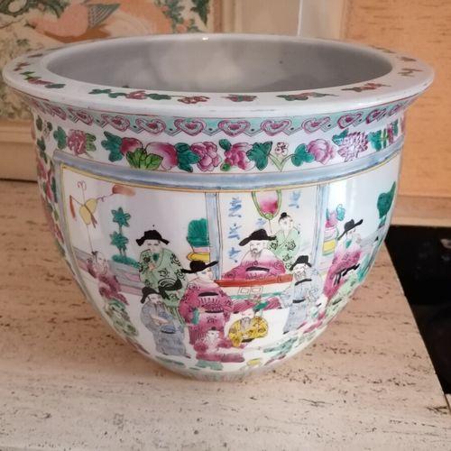中国 瓷质鱼缸,有多色装饰的动画场景。高32厘米