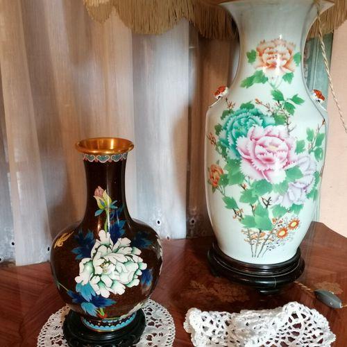 (房间)景泰蓝珐琅花瓶和中国瓷器花纹灯座