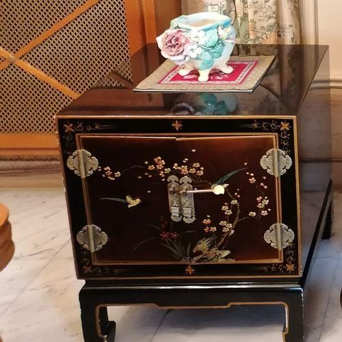 Meuble télévision dans le goût chinois en bois laqué décor d'oiseaux branchés. H…
