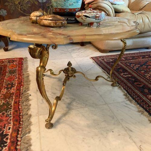 矮桌,镀金金属底座,树脂桌面。高45,直径:74厘米(顶部有裂缝)。
