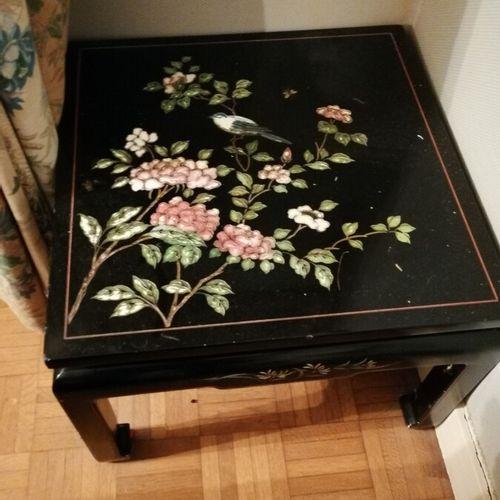 中国圆形漆木茶几(现代) 直径:74厘米;附带一个方形漆木茶几,37x50厘米
