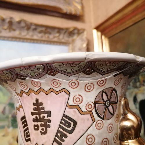 CHINE Vase en porcelaine décor de kwanines. H 46 cm (accident au col)
