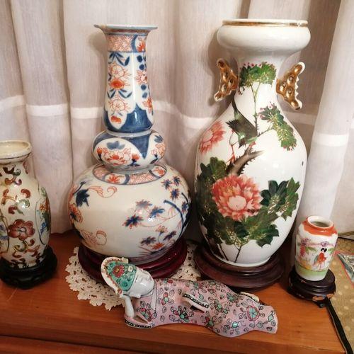 中国 一套4个带花或伊万里装饰的瓷质柱形花瓶。高度从7到29厘米。附有一个躺着的瓷器人物(事故和缺失)。