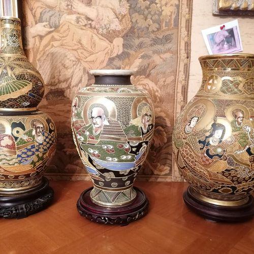 日本 3个萨摩陶器花瓶,多色装饰,柱状或coloquint形式。高37、29和30厘米