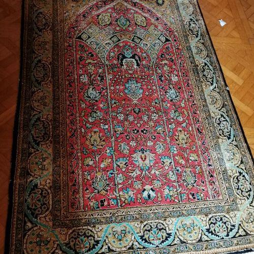 羊毛和丝绸地毯,红色边框装饰着卷轴,天堂之门。172x108厘米
