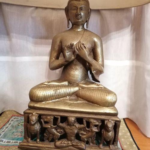 Pied de lampe en bronze doré figurant un Bouddha en position du lotus. H 35 cm