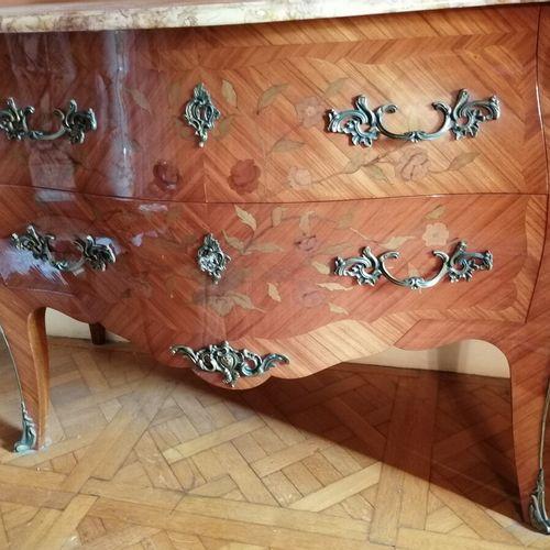 镶嵌着花枝的紫檀木抽屉柜,由2个抽屉打开,没有可见的横杆,鎏金铜装饰,大理石面板。路易十五风格