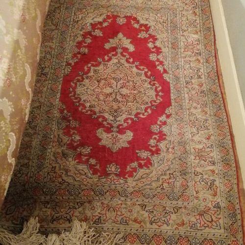 Tapis de prière en laine et soie fond rouge. 129x89 cm