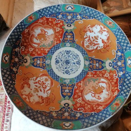 一件中国大型瓷盘,上面有多色装饰的马的徽章和昆虫。直径:46厘米