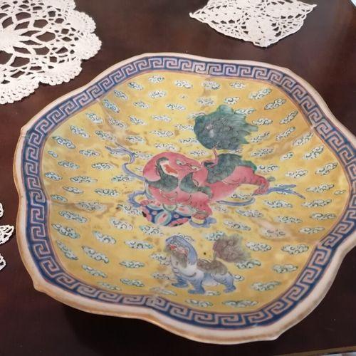 CHINE coupe en porcelaine sur talon polylobée à décor d'un dragon et chien de fô…