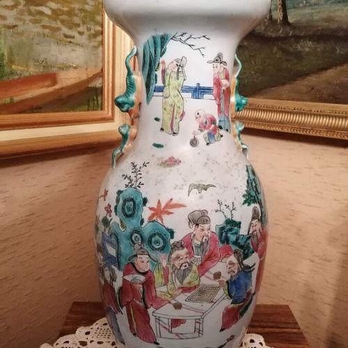 Chine Vase balustre en porcelaine décor de personnages, prises en forme animaliè…