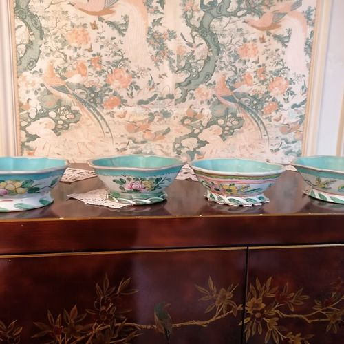 中国 一套4个多裂纹形状的多色瓷碗,有花纹装饰