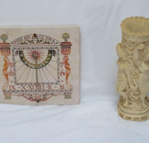 Lot comprenant un cadran solaire et une sculpture en résine figurant des divinit…
