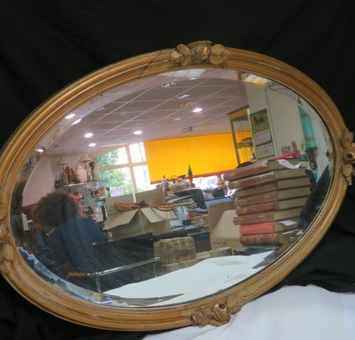 Gilded wooden mirror with plant decoration, 60 x 92 cm. Slight accident.