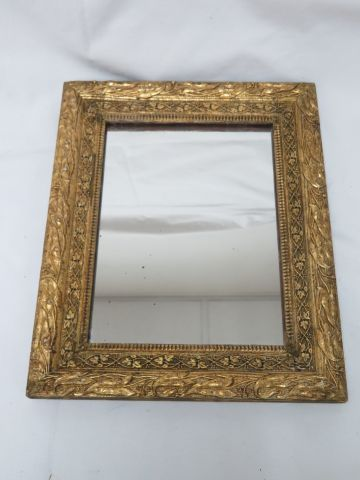Small gilded wooden mirror, decorated with plant friezes. 31 x 25 cm