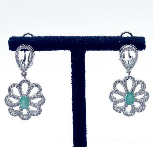 Sublime paire de pendants d'oreille en argent centrés chacun d'une belle émeraud…