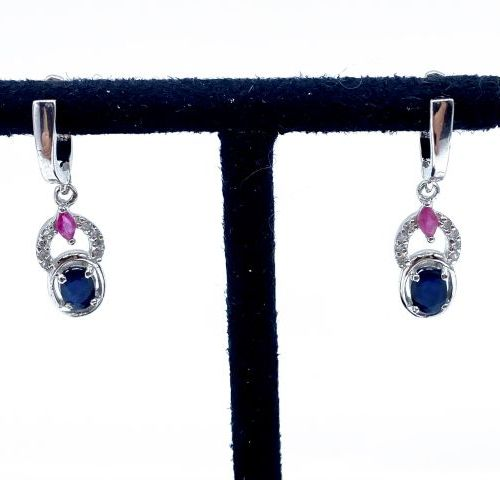 Paire de pendants d'oreilles en argent 925/1000 ornés de saphirs ovales et de ru…
