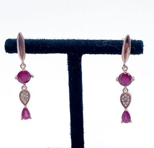 Paire de pendants d'oreille en vermeil rose 925/1000 ornée d'importants rubis ro…
