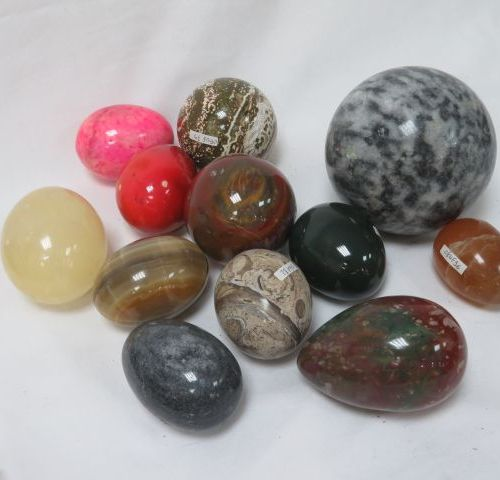 Set of 12 hard stone eggs and spheres, including agate, fossilized stone, granit…