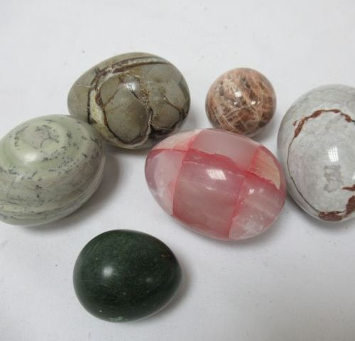 Set of 6 hard stone eggs and spheres, one of them in microline. 4 7 cm