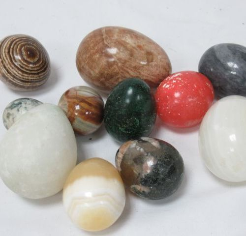 Set of 12 eggs and spheres in hard stone, including malachite, onyx ... 5 8 cm