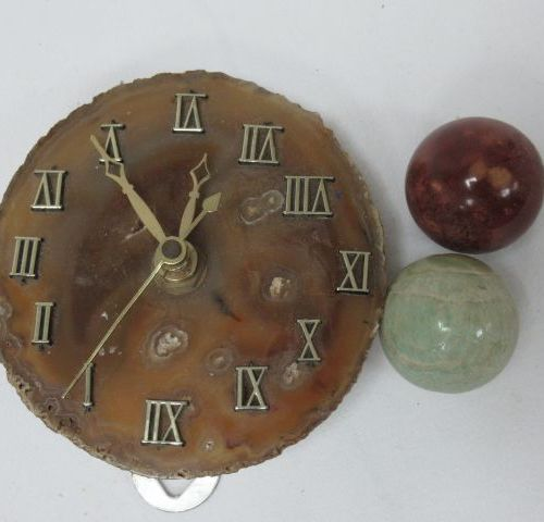Hard stone lot, including 2 small spheres and a slice of agate (mounted in pendu…