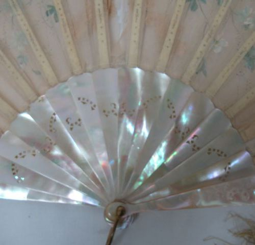 Mother of pearl and tulle fan embroidered and painted, bordered with lace. 25 x …