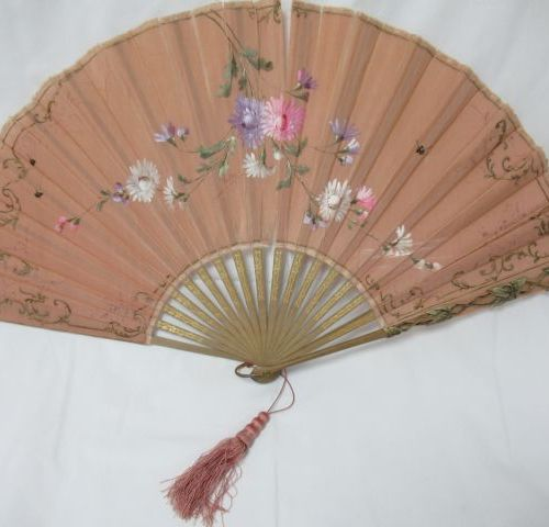 """Wooden fan, covered with painted fabric. Signed """"Printary"""". 34 x 66 cm (tears)"""