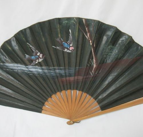 Wooden fan, covered with a painted fabric with birds in a landscape. 32 x 62 cm …