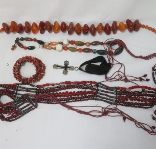 Lot of jewels including a resin necklace in imitation of amber, a necklace in ha…