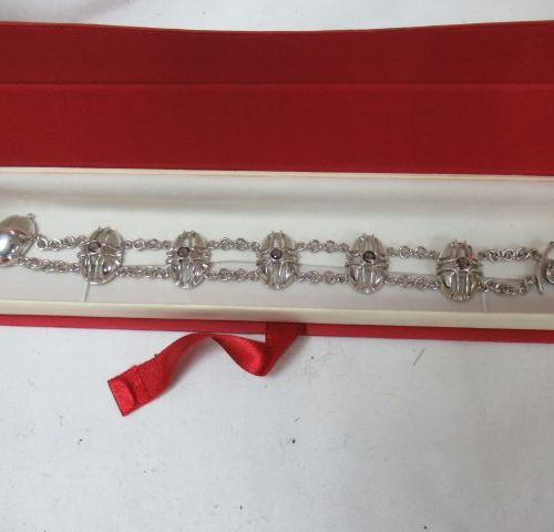 Silver bracelet, decorated with glassware. 17 cm (open). Gross weight: 27 g In a…